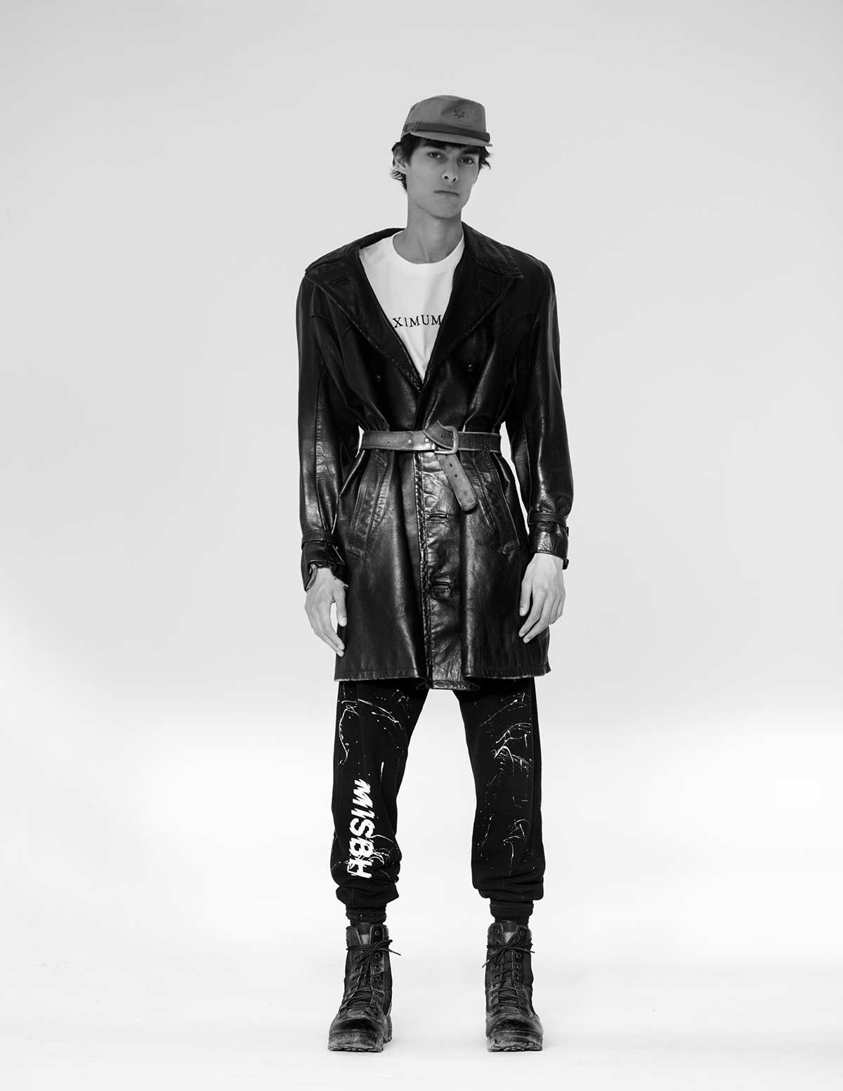T-shirt Cahartt Wip, vintage hat, leather jacket and military boot stylist's own, sweatpants Misbhv.