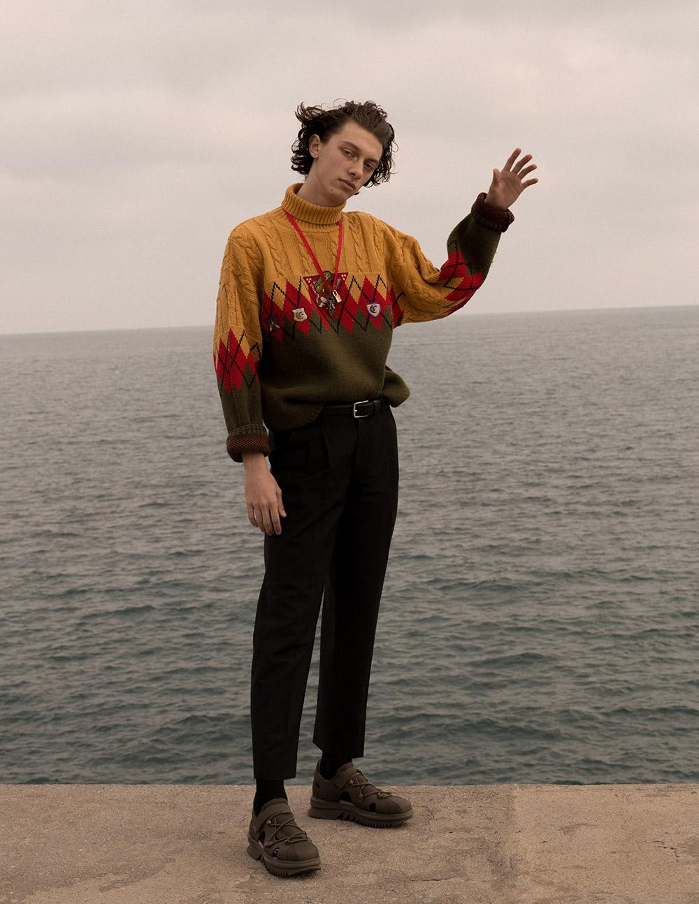 Sweatshirt stylist own, pants Sandro.