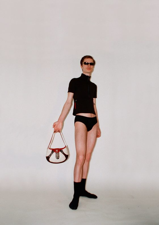 Lunettes de soleil Chanel par Karl Lagerfeld SS02, top Prada, sac à main Céline (collection coupe du monde de foot de 2002)